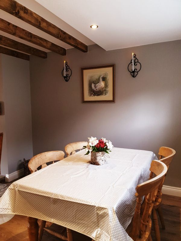 Aquila Cottage dining area